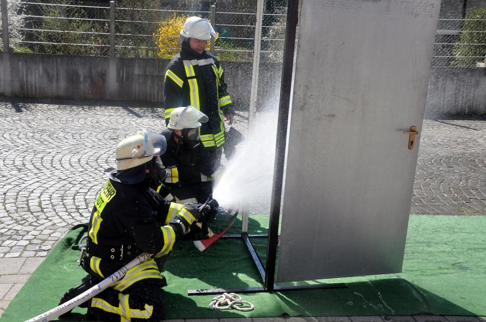 Mit 80 Kilo Gewicht zum Brandherd | Frankfurter Neue Presse
